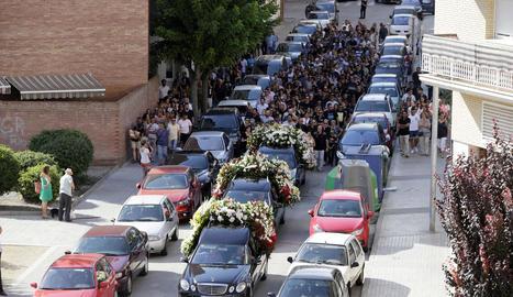 Una comitiva de familiars, amics i veïns va acompanyar ahir els cotxes de morts amb les restes dels joves morts a Balaguer.