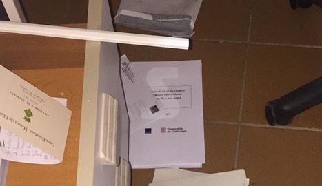 Documentos en el suelo tras vaciar cajones