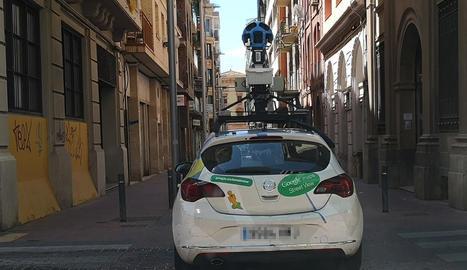 El vehicle de Google, ahir, al carrer Comerç de Lleida.