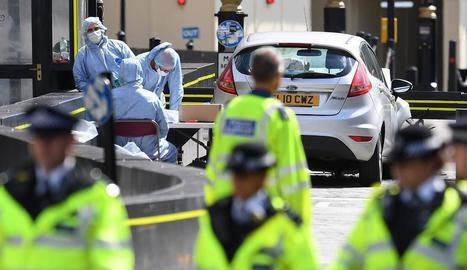 Imatge d'oficials forenses a l'analitzar el vehicle que va xocar contra el Parlament britànic.