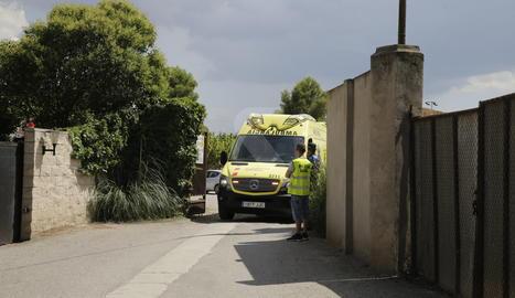 Una ambulància surt del club tennis Borges Blanques.