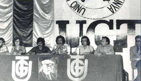 Luis Fuertes, al centre parlant amb el micro, en un congrés.