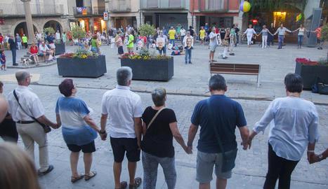 Tàrrega - Desenes de persones es van reunir ahir a la plaça Major de Tàrrega per reclamar la llibertat dels presos. Una sardana gegant, que va envoltar tota la plaça, va presidir l'acte coincidint amb els deu mesos de l'empresonament dels J ...