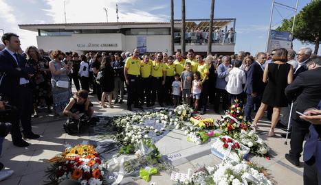 Personal d'emergències, ahir davant de les flors en memòria de les víctimes dels atemptats del 17 d'agost de l'any passat.