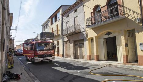 Bombers davant de l'habitatge de Preixens on va tenir lloc l'incendi.