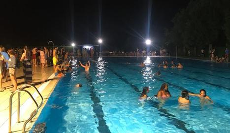 Desenes de persones es refrescaven ahir a les piscines de la Seu.