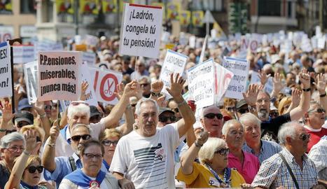 """Milers de jubilats i pensionistes es van manifestar ahir a Bilbao per unes """"pensions dignes""""."""