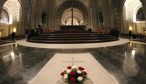 Imatge de l'interior de la basílica del Valle de los Caídos i de la tomba de Francisco Franco.