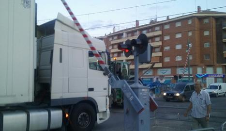 Una barra d'un pas a nivell colpeja un camió a Tàrrega