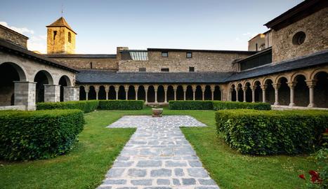 Descobrir la Seu antiga (com per exemple, la Catedral romànica, única a Catalunya)  és la recomanació del Joan per als visitants.