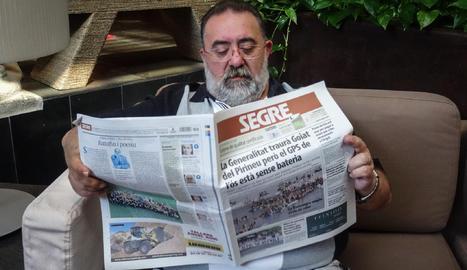 El Joan llegeix el diari diumenge al matí al claustre del Parador.
