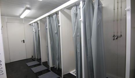 Imatge de les dutxes al pavelló 3 de la Fira.