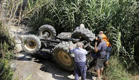 Vista del tractor bolcat ahir al camí de Vilanova de la Barca, al municipi de Torrelameu.