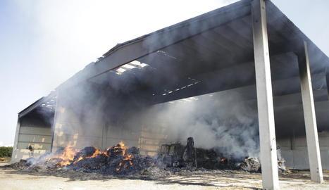 El foc va fer caure ahir la coberta d'una nau agrícola a Preixens.