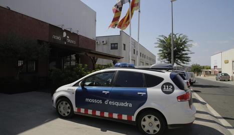 Un cotxe dels Mossos d'Esquadra, ahir al migdia davant del restaurant de Balaguer.