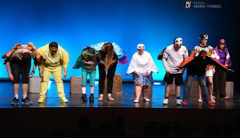 Els protagonistes saluden el públic al final de la representació de l'obra, de la qual, malgrat els nervis inicials, van gaudir molt.