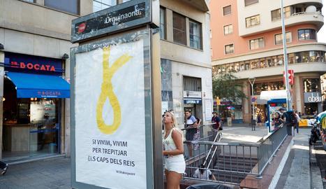 Apareix en una marquesina de Barcelona una soga groga amb un lema antimonàrquic