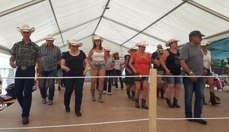 Primers tallers de 'line dance', ahir al migdia a l'envelat del Salardú Country Rock Festival.