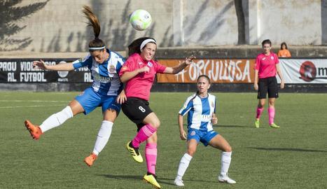 Una jugadora de l'AEM i una de l'Espanyol lluiten per una pilota.