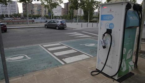Imatge del punt de recàrrega per a vehicles elèctrics al carrer Jaume II.