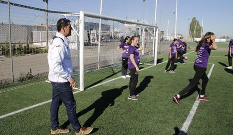 Dani Rodrigo, durant un entrenament amb l'infantil femení de l'AEM.