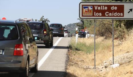 Més visites al Valle de los Caídos - L'afluència de visitants al Valle de los Caídos va augmentar ahir al cap de poques hores d'anunciar-se l'aprovació del decret llei, amb llargues cues i embussos a l'àrea limítrofa a les instal·la ...