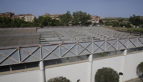 Retirada la uralita de la meitat de la coberta del pavelló de la Bordeta