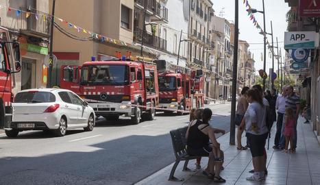 Alguns dels veïns desallotjats al carrer de Sant Pelegrí.