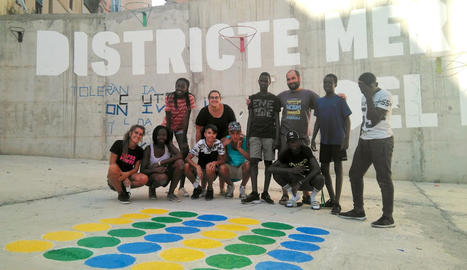 Imatge dels joves dels centres municipals amb el mural que han pintat.
