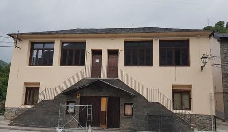 Rialp inverteix 6.000 euros a repintar les antigues escoles