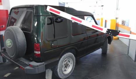 La barrera va trencar una finestreta del vehicle.