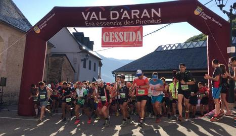 Un grup d'atletes en el moment de prendre la sortida, ahir a Es Bòrdes.
