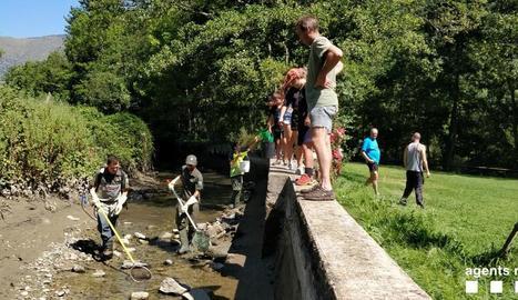 Actuació dels Rurals al canal hidroelèctric de Sort.