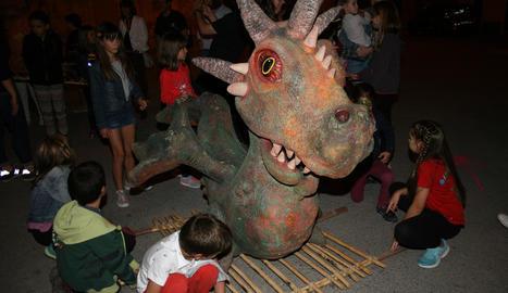 Una de les figures del bestiari popular català participant dissabte en la Dinogresca d'Isona.