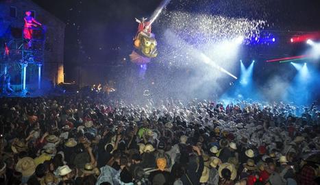 El públic enfervorit en el moment cabdal de l'espectacle de l'Aquelarre, l'Escorreguda del Mascle Cabró a Cal Racó.