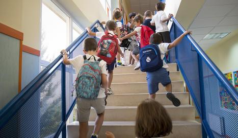 Alumnes entren a la seua escola.