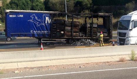 Estat en què va quedar el camió arran de l'incendi.