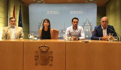 Anna González, de la Seu, i Alberto Contador, a la seua esquerra, després de reunir-se amb la ministra.