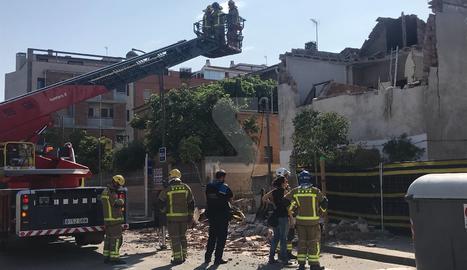 El bombers, treballant a la casa del carrer Terol que ha patit l'ensorrament