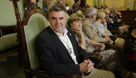Fèlix Larrosa, saludant l'interventor de la Paeria ahir al saló de ple, just abans de la seua investidura com a alcalde.