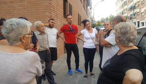 Alguns dels veïns que es van reunir ahir per denunciar el mal estat dels seus habitatges.