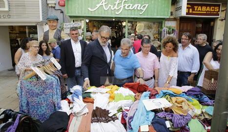 El nou alcalde de Lleida, Fèlix Larrosa, ha visitat el Mercat de les Rebaixes de l'Eix Comercial.