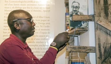 L'estudiós de l'obra de Manuel de Pedrolo Xavier Garcia va guiar ahir part de la ruta literària dedicada a l'escriptor per Tàrrega.