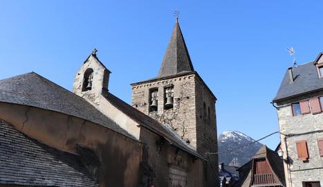 Les esquerdes al campanar de l'església de Gessa.