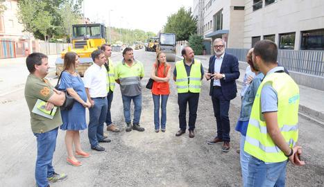 L'alcalde, Fèlix Larrosa, va visitar ahir les obres del carrer Montserrat Roig.
