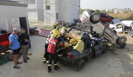 Exercicis pràctics de l'Equip de Rescat de Ponent ahir al parc de Bombers de Lleida.