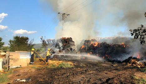 Bombers treballant al costat de la palla en flames.