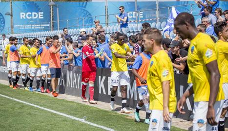 Els jugadors del Lleida van saludar al final del partit els aficionats lleidatans.