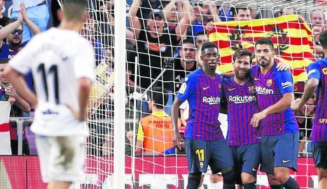 Dembélé, Messi i Luis Suárez s'abracen després d'un dels gols dels barcelonistes, que van aconseguir una golejada d'escàndol.