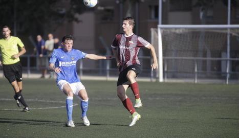 Un jugador del Júpiter es disposa a controlar una pilota, davant de l'oposició d'un altre del Lleida B, ahir durant el partit a Gardeny.
